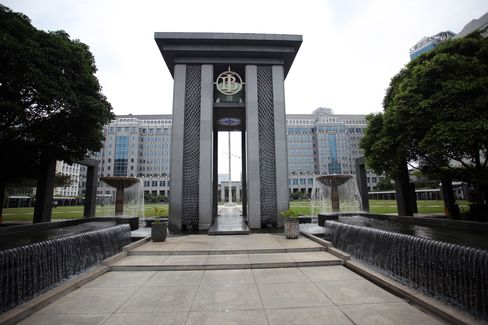 Lending in Indonesia Falters as Central Bank Curbs Take Effect