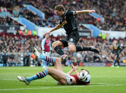Liverpool Wins 2-1 at Aston Villa in England's Premier League