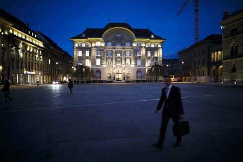 SNB Keeps Up Franc Defense as Euro-Area Crisis Risks Persist