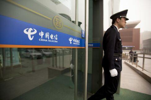 China Telecom Net Falls 10% on IPhone Costs, Beating Estimates