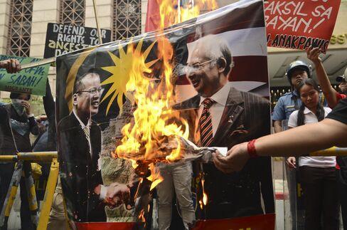 Najib Visits Malaysia Battleground as Muslim Clan Under Siege