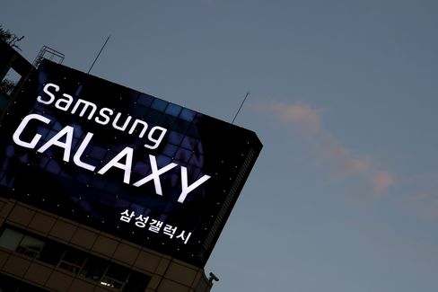Samsung Said to Plan Galaxy Smartphone With Wraparound Display