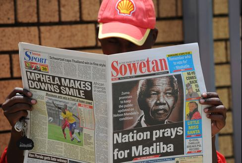 Mandela Remains in Hospital as Wife Says He's Losing 'Sparkle'