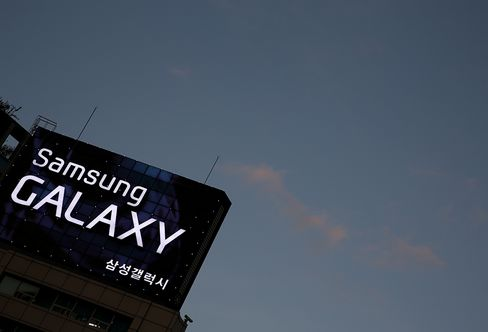 Samsung Profit Surges as Cheaper Handsets Team With Chip Rally