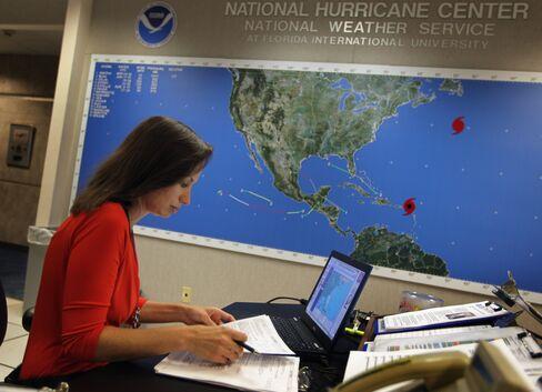 urricane Earl Heads Toward U.S. as Evacuations Begin