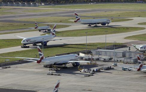 London Heathrow Rail Line Shut by Fires Amid Holiday Exodus