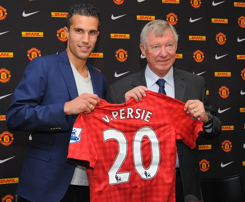 Robin Van Persie Signs Four-Year Contract With Manchester United