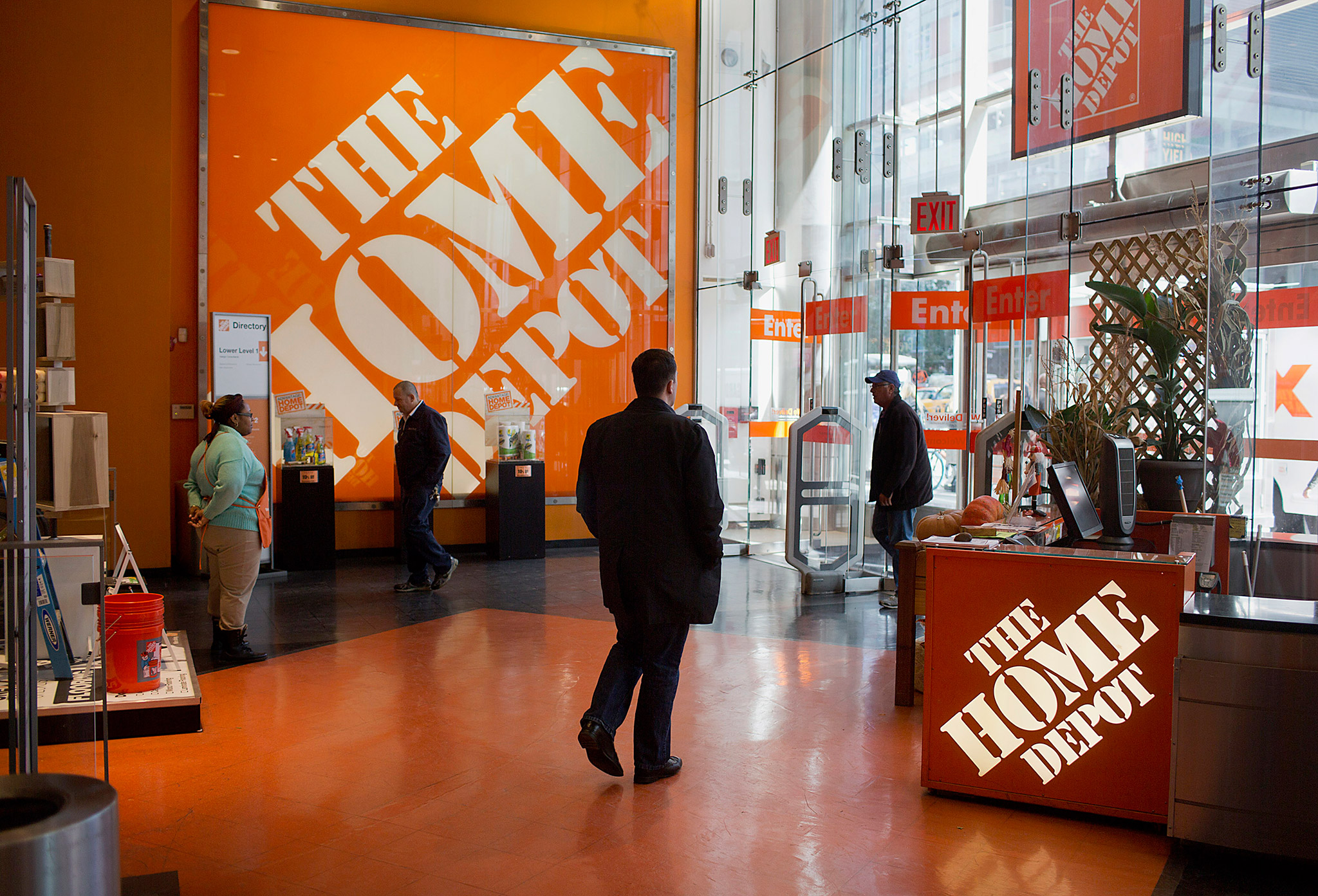 home depot aiming to put apple pay in its 2000 stores bloomberg