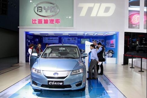 Buffett-Backed BYD Says First-Half Net May Fall Up to 95%