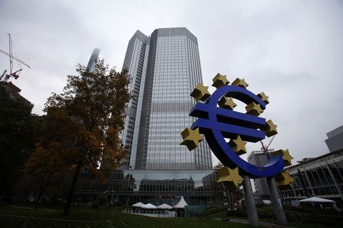 ECB Seen Refraining From Rate Cuts as Yields Sink on Bond Plan
