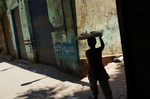 Egypt Stocks Drop on Premier Disagreement, Protests