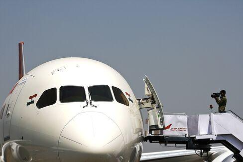 Dreamliner Pilot Turns Rapper as Boeing 787s Remain Grounded