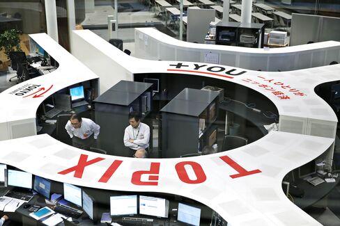 Employees work on the trading floor of Japan Exchange Group Inc.'s Tokyo Stock Exchange (TSE) in Tokyo. Photographer: Kiyoshi Ota/Bloomberg