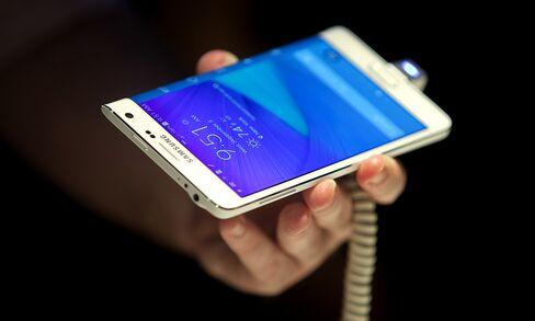 Samsung Unveils Wraparound Note to Fend Off Big-Screen IPhones