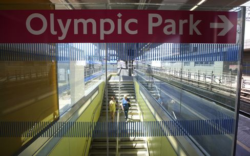 Londoners Go With the Flow as Olympic Tide Meets Monday Commute