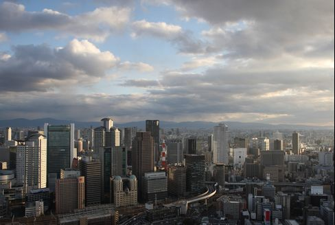 Japan's Growth Seen Peaking as BOJ Pressed to Add More Stimulus