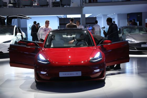 Musk Puts Targets on VW, BMW's Backs as Model 3 Heads for Europe