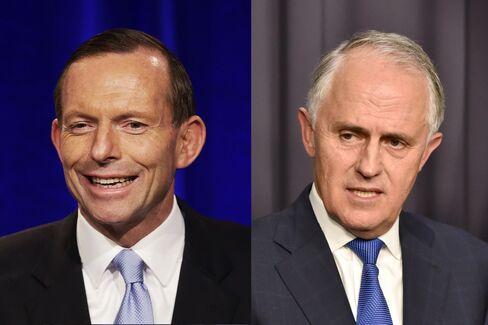 アボット前首相(左)と現職のターンブル首相(右)