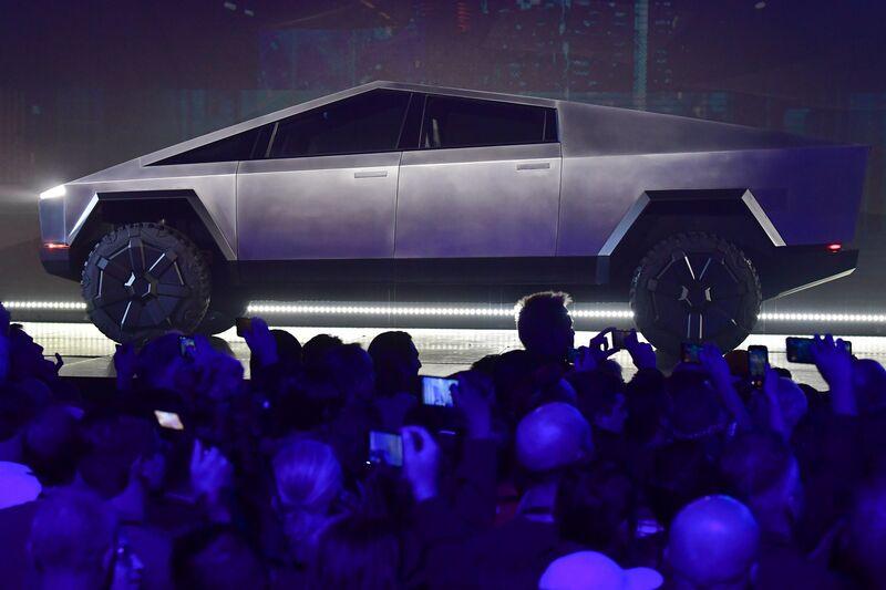 Imagen de un Tesla Cybertruck futurista plateado