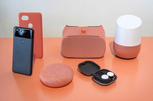 (左前列から) スマホ「ピクセル2」、「ホーム・ミニ」スピーカー、イヤホン「ピクセル・バッズ」(後列中央)VRヘッドセット「デイドリーム」(後列右)「グーグルホーム」スピーカー