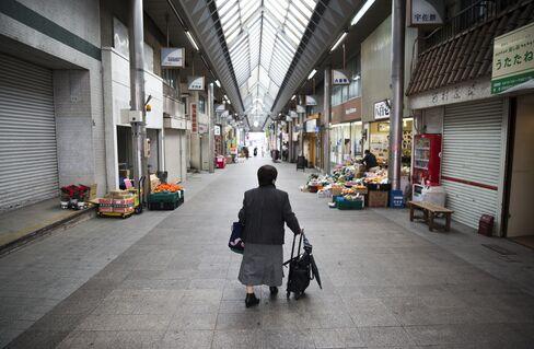 北九州の商店街を歩く婦人