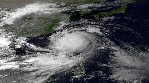 Hong Kong Raises Storm Signal as Typhoon Usagi Bears Down