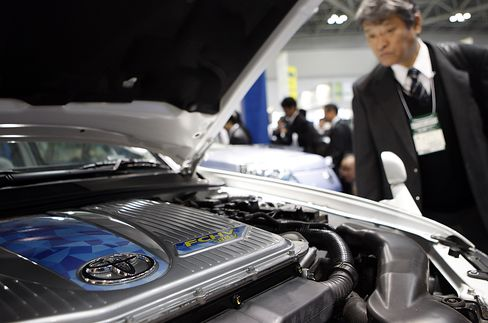 Toyota Shows Hydrogen Prototype in Race Toward Fuel Cells
