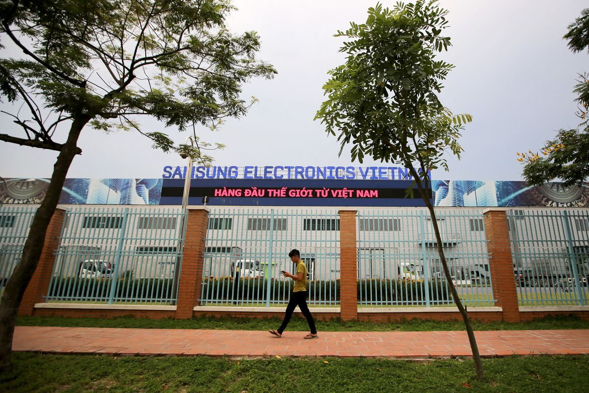 Vietnam Asks Samsung, Other Firms to Find Vaccines for Workers thumbnail
