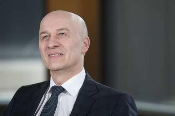 Deutsche Bank Names Volkswagen CFO Witter to Replace Schuetz