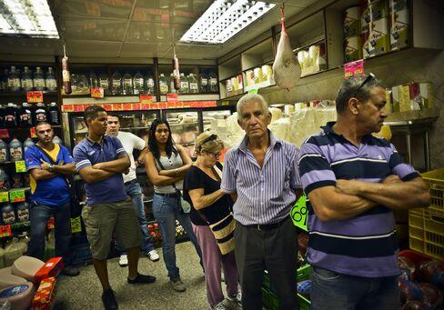 Chavez Devaluation Puts Venezuelans to Queue Before Price Raise