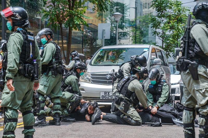 Những người biểu tình bị cảnh sát chống bạo động bắt giữ ở Hồng Kông, tháng 5 năm 2020. Người chụp ảnh: Lam Yik / Bloomberg