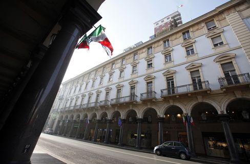Italy's 10-Year Bonds Advance After Nation Auctions Securities
