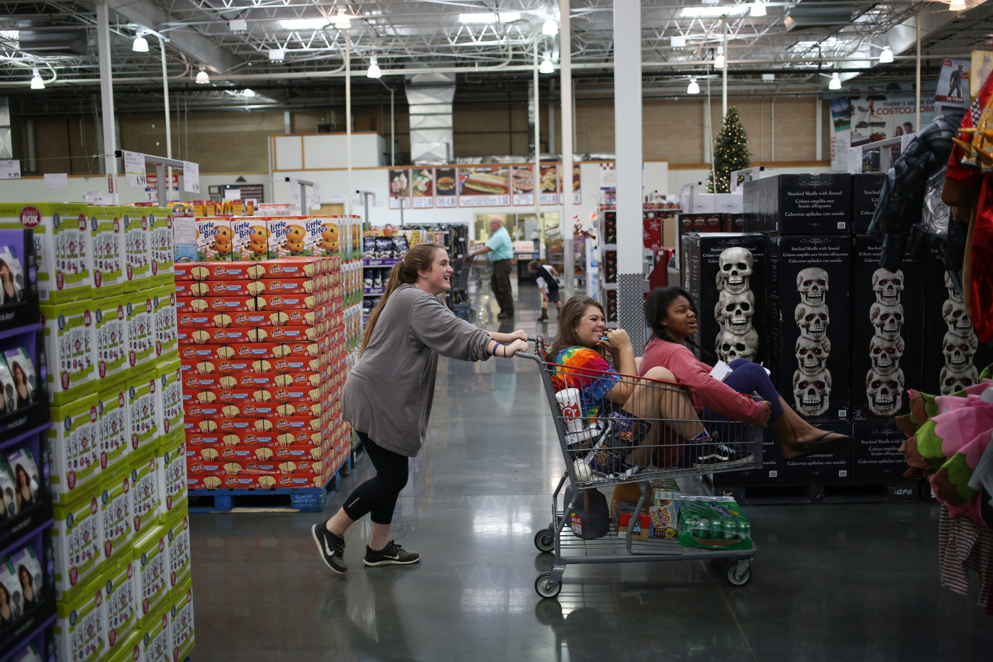 Costco sparks excitement in madrid as spaniards spend again bloomberg thecheapjerseys Gallery