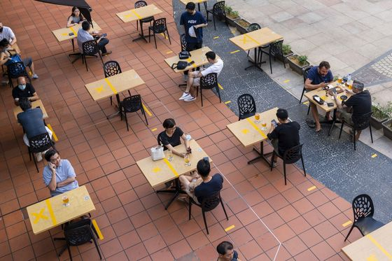 Hong Kong Will AssessSingapore's Covid Strategy Before Reviving Travel Bubble