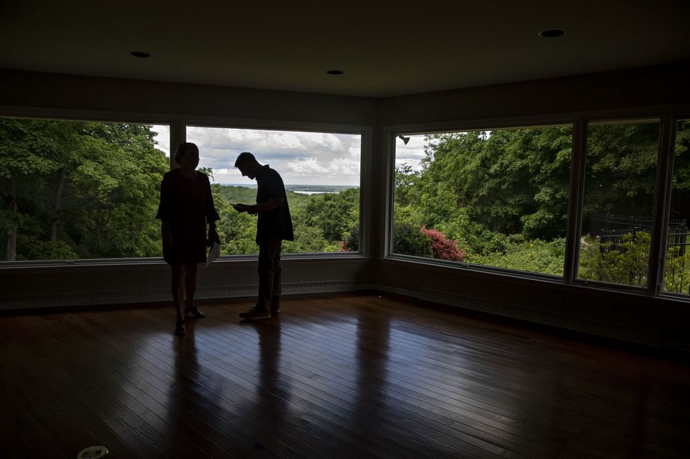 Homeowners in U.S. Hold Back on Selling as Buyers Get Pickier