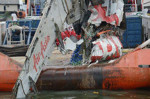 Workers AirAsia 8501 debris Tanjung Priok port