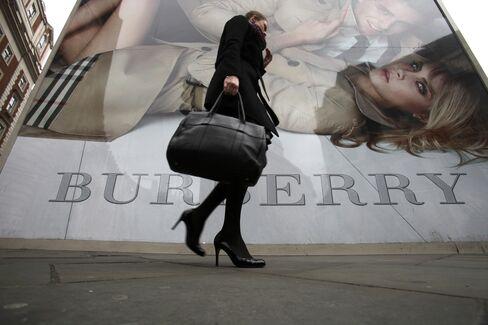 ロンドンのバーバーリー店の外を歩く女性