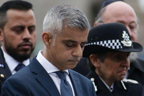 黙とうするカーン・ロンドン市長(5日)