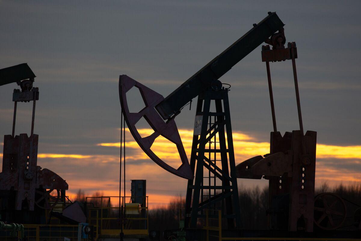 bloomberg.com - Alex Longley - Investors Flock Back Into Oil for Reflation Trade, Hedging
