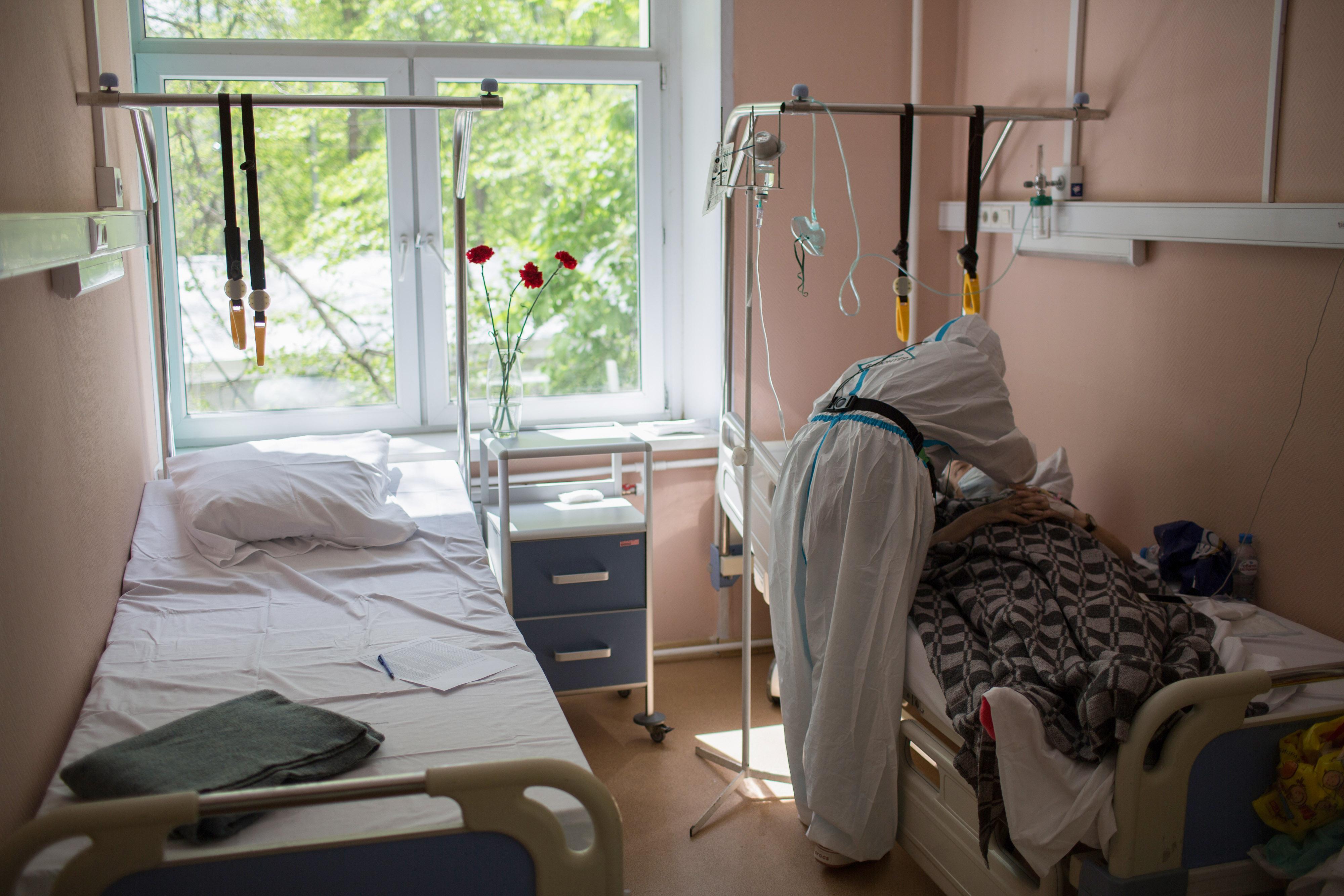 Wolontariusz medyczny rozmawia z pacjentem w szpitalu w Moskwie 13 maja.