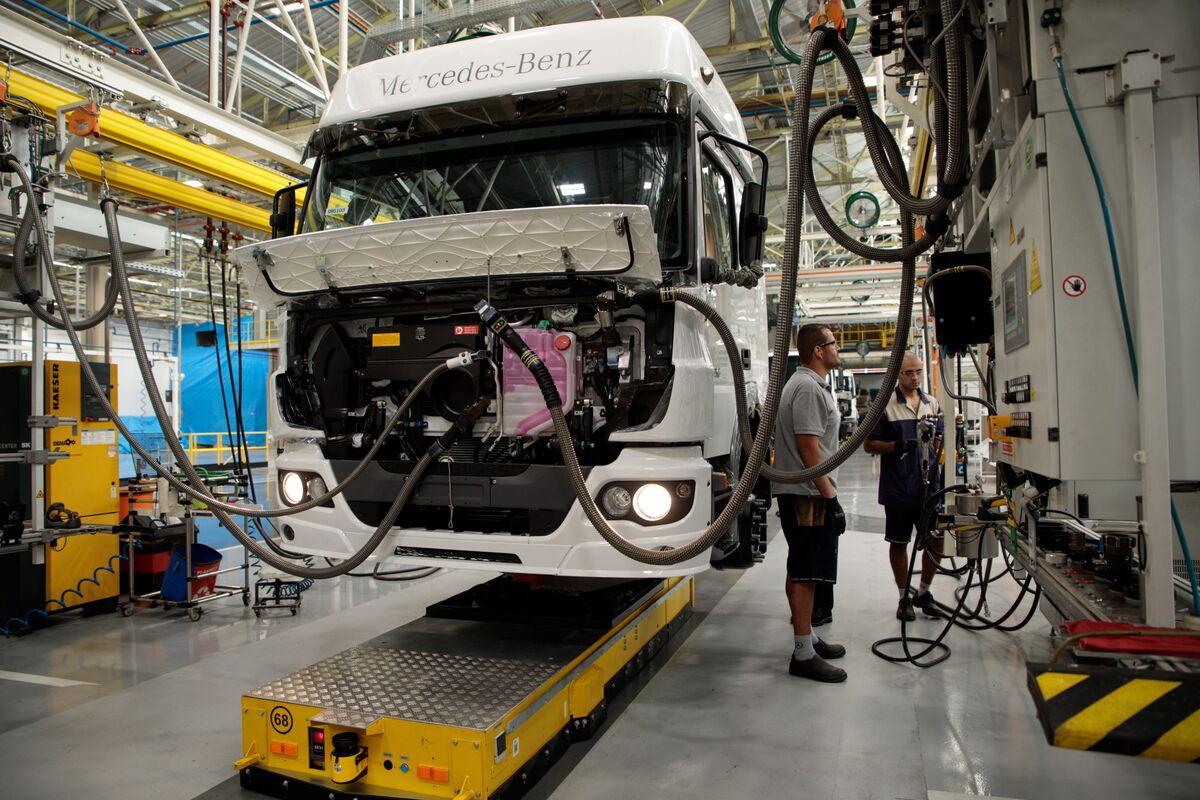 Daimler Trucks Widens Cost Cuts as Market Downturn Looms