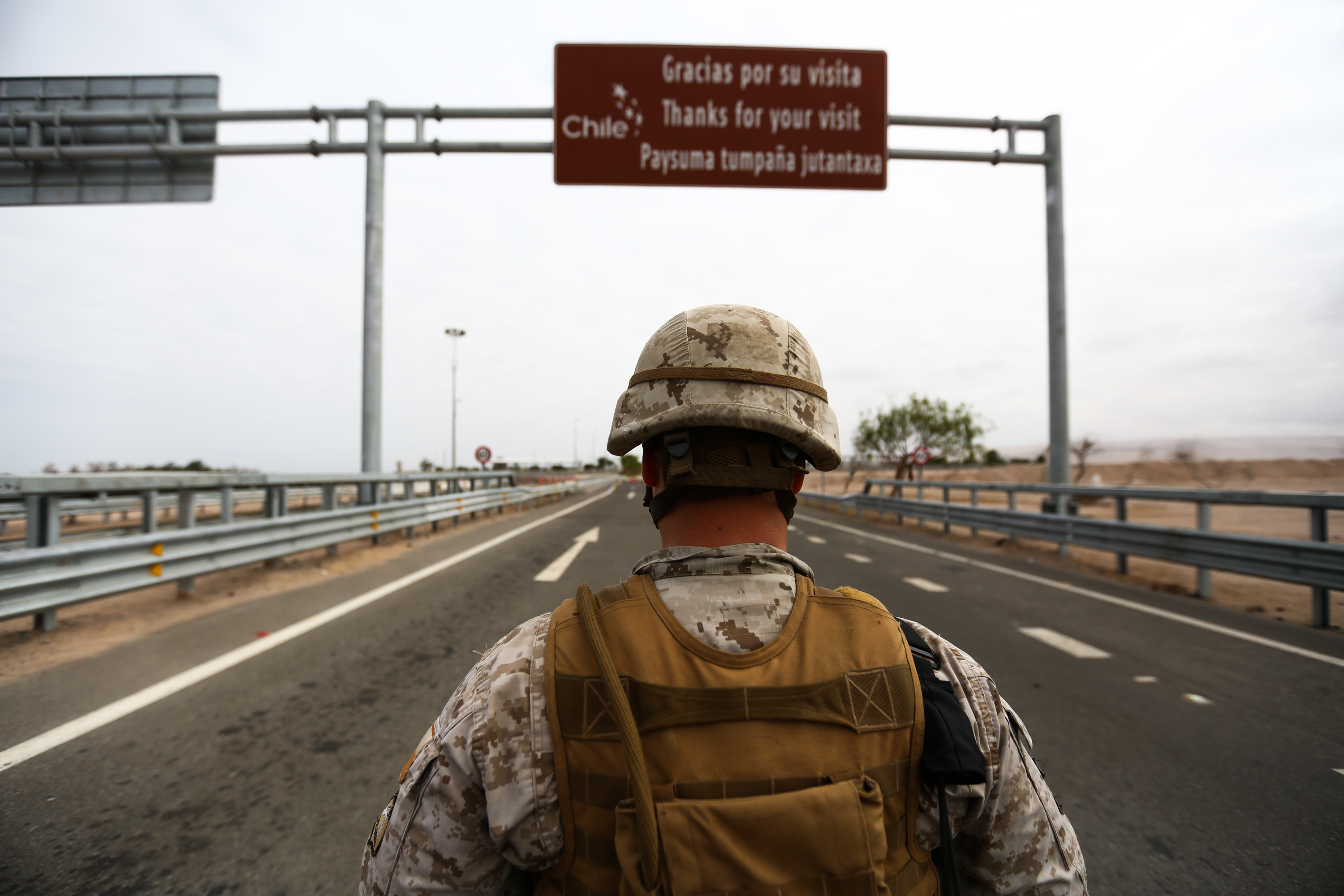 A Chilean soldierguards the Chacalluta borderwith Peru.