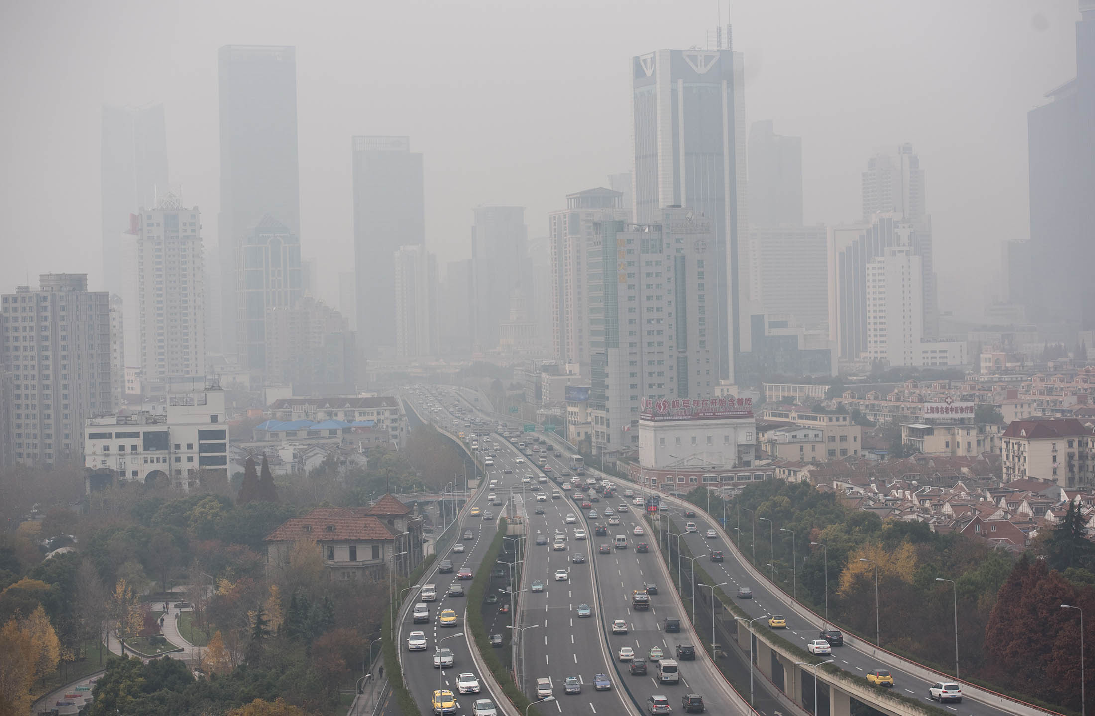 pollution chokes chinese cities as smog spurs indoor warnings bloomberg. Black Bedroom Furniture Sets. Home Design Ideas