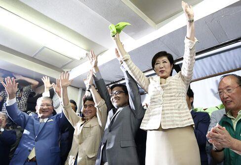 小池知事の当選を隣で祝う若狭氏(中央、2016年7月)