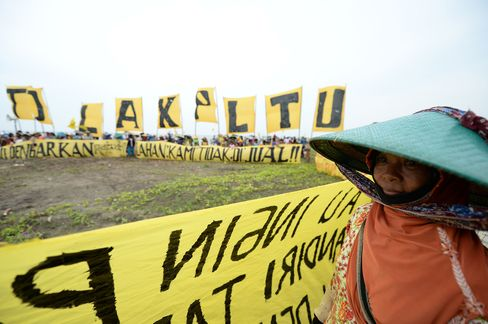 Villagers protest in Batang