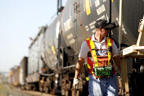 Railroads, Unions Weigh U.S. Settlement Plan to Avert Strike