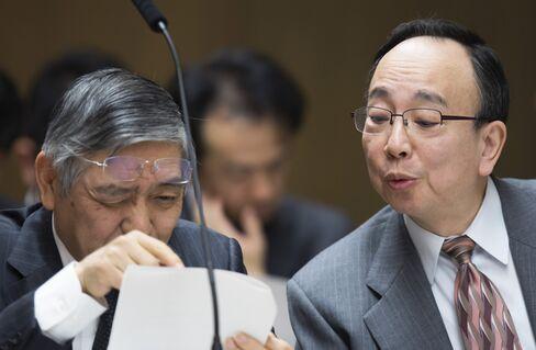 黒田総裁(左)の隣に座る雨宮理事(国会)