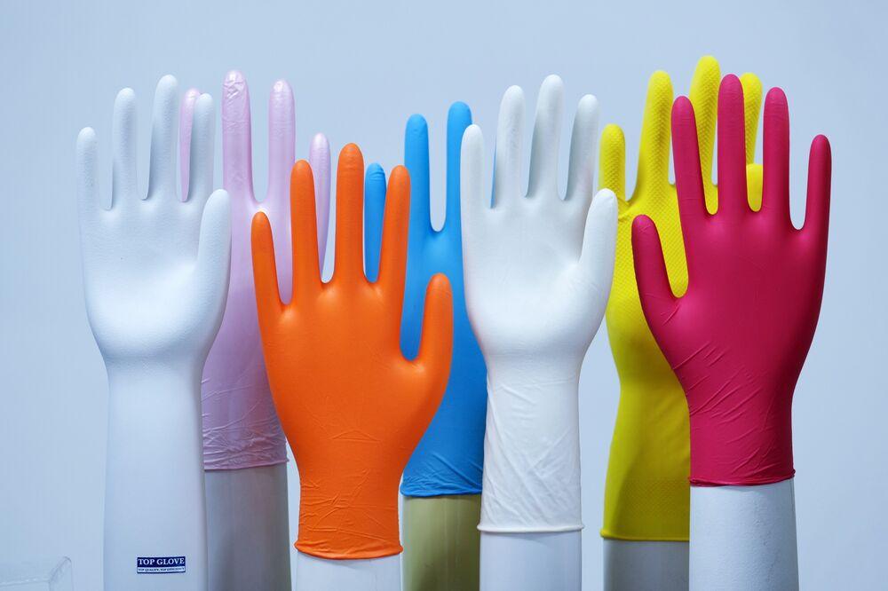 Lateksowe rękawice wystawione w siedzibie Top Glove.