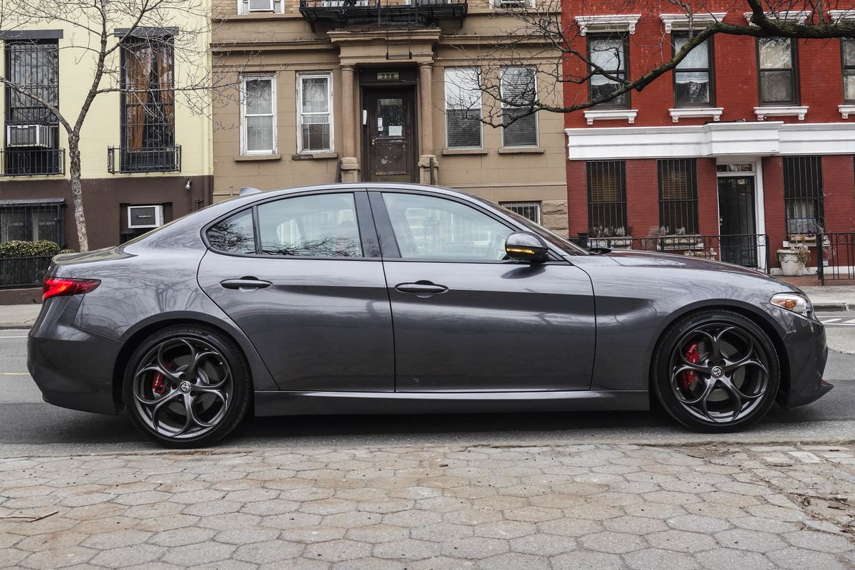 alfa romeo giulia ti rwd review finally a sedan that stands out bloomberg. Black Bedroom Furniture Sets. Home Design Ideas