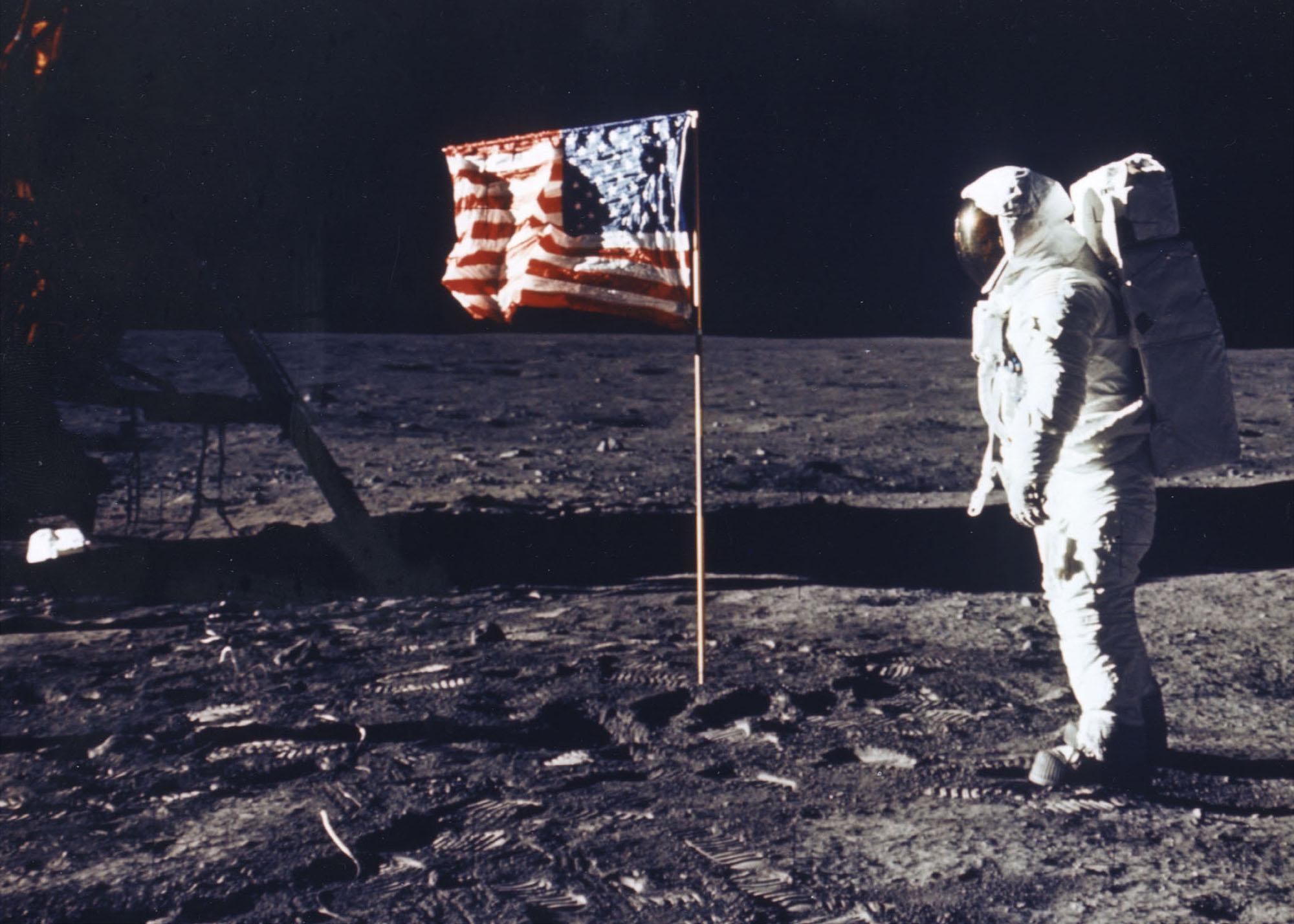 Astronauta Buzz Aldrin obok amerykańskiej flagi na Księżycu 20 lipca 1969 roku.